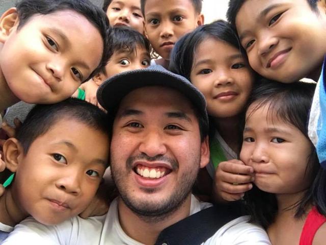 Giảng dạy bằng tin nhắn vì đại dịch: Giáo viên và học sinh Philippines 'đánh trận' mỗi lần ra đề và nộp bài - Ảnh 1.
