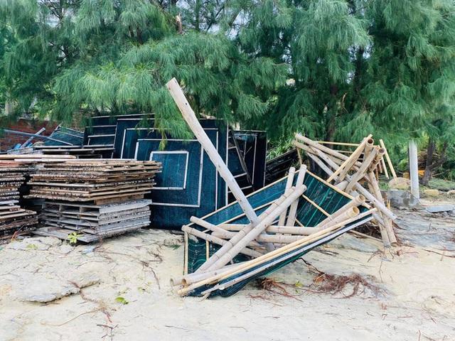 Bãi biển Quy Nhơn 1 ngày sau bão số 9: Khung cảnh tan hoang, các công trình du lịch bị phá huỷ gần như toàn bộ - Ảnh 11.