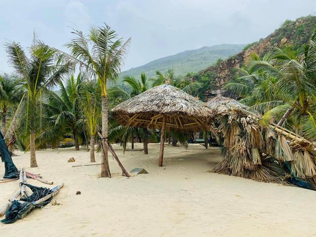Bãi biển Quy Nhơn 1 ngày sau bão số 9: Khung cảnh tan hoang, các công trình du lịch bị phá huỷ gần như toàn bộ - Ảnh 12.