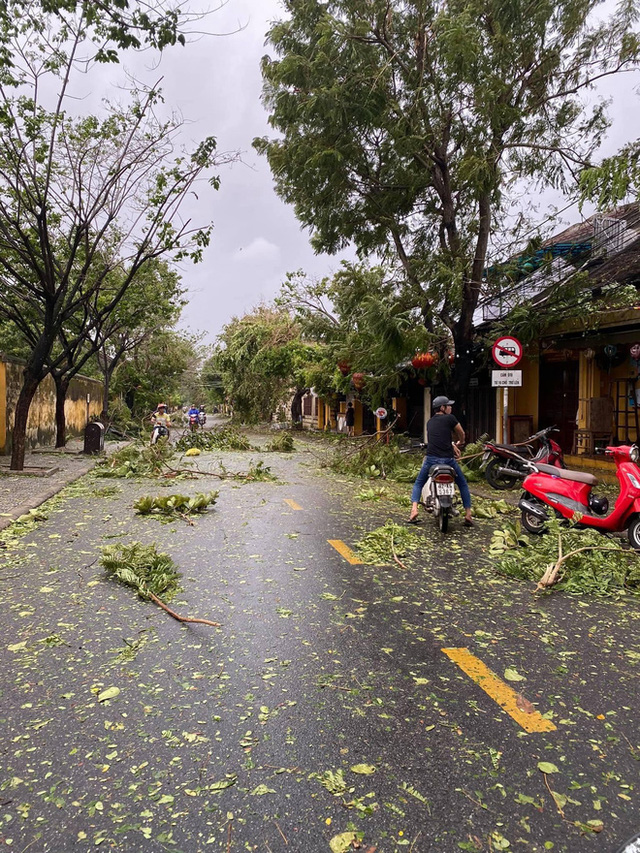 Khung cảnh Hội An xơ xác sau cơn bão số 9, một biểu tượng du lịch bị vùi dập khiến du khách quặn lòng - Ảnh 5.
