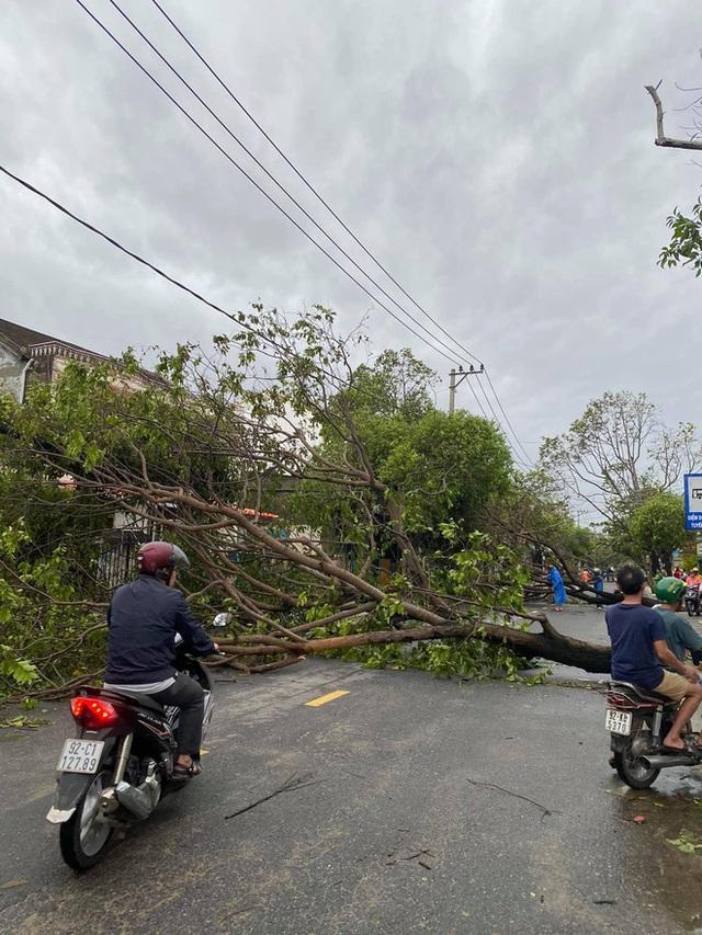 Khung cảnh Hội An xơ xác sau cơn bão số 9, một biểu tượng du lịch bị vùi dập khiến du khách quặn lòng - Ảnh 6.