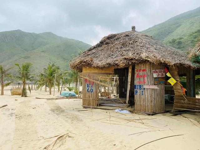 Bãi biển Quy Nhơn 1 ngày sau bão số 9: Khung cảnh tan hoang, các công trình du lịch bị phá huỷ gần như toàn bộ - Ảnh 7.