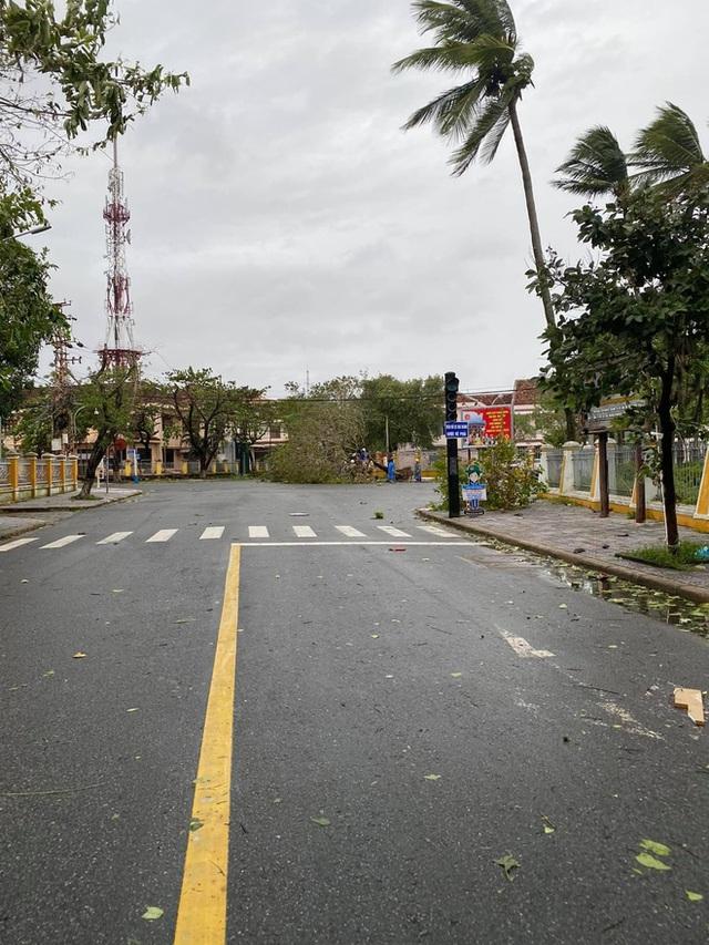 Khung cảnh Hội An xơ xác sau cơn bão số 9, một biểu tượng du lịch bị vùi dập khiến du khách quặn lòng - Ảnh 8.