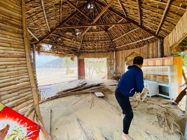 Bãi biển Quy Nhơn 1 ngày sau bão số 9: Khung cảnh tan hoang, các công trình du lịch bị phá huỷ gần như toàn bộ - Ảnh 8.