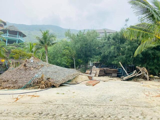 Bãi biển Quy Nhơn 1 ngày sau bão số 9: Khung cảnh tan hoang, các công trình du lịch bị phá huỷ gần như toàn bộ - Ảnh 9.
