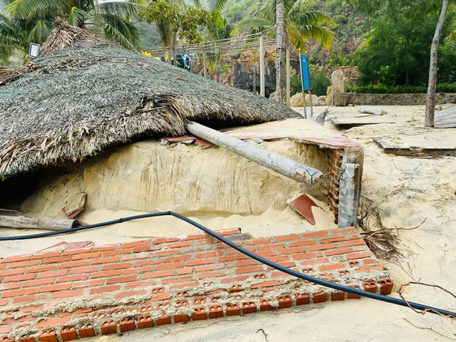 Bãi biển Quy Nhơn 1 ngày sau bão số 9: Khung cảnh tan hoang, các công trình du lịch bị phá huỷ gần như toàn bộ - Ảnh 10.