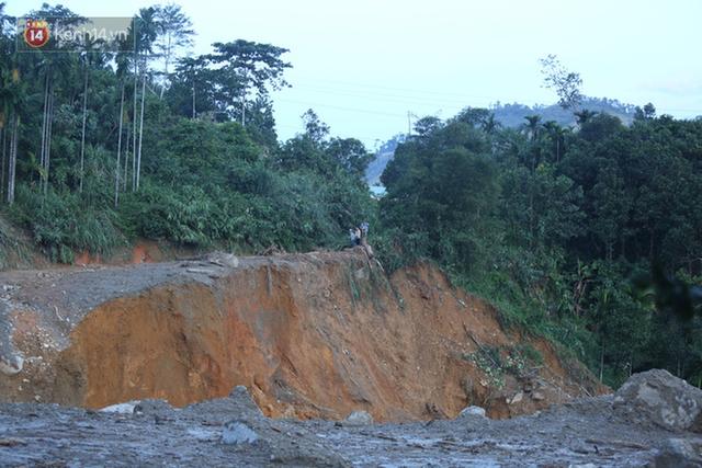 Ảnh: Hiện trường ám ảnh vụ sạt lở vùi lấp 11 ngôi nhà ở Trà Leng, bộ đội và người dân bới móc từng đống đổ nát để tìm kiếm thi thể - Ảnh 1.