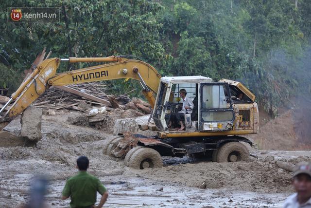 Ảnh: Hiện trường ám ảnh vụ sạt lở vùi lấp 11 ngôi nhà ở Trà Leng, bộ đội và người dân bới móc từng đống đổ nát để tìm kiếm thi thể - Ảnh 2.