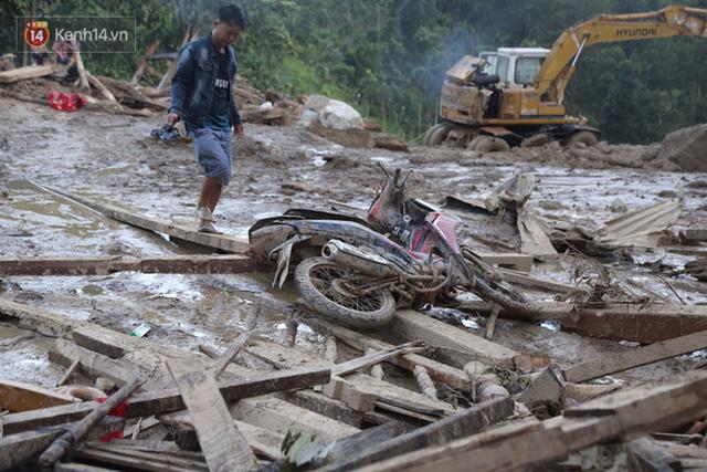 Ảnh: Hiện trường ám ảnh vụ sạt lở vùi lấp 11 ngôi nhà ở Trà Leng, bộ đội và người dân bới móc từng đống đổ nát để tìm kiếm thi thể - Ảnh 11.
