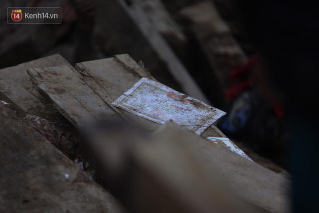 Ảnh: Hiện trường ám ảnh vụ sạt lở vùi lấp 11 ngôi nhà ở Trà Leng, bộ đội và người dân bới móc từng đống đổ nát để tìm kiếm thi thể - Ảnh 12.