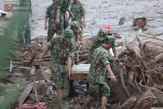 Ảnh: Hiện trường ám ảnh vụ sạt lở vùi lấp 11 ngôi nhà ở Trà Leng, bộ đội và người dân bới móc từng đống đổ nát để tìm kiếm thi thể - Ảnh 13.