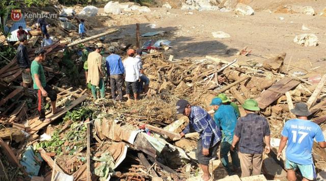 Ảnh: Hiện trường ám ảnh vụ sạt lở vùi lấp 11 ngôi nhà ở Trà Leng, bộ đội và người dân bới móc từng đống đổ nát để tìm kiếm thi thể - Ảnh 15.