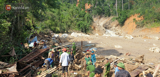 Ảnh: Hiện trường ám ảnh vụ sạt lở vùi lấp 11 ngôi nhà ở Trà Leng, bộ đội và người dân bới móc từng đống đổ nát để tìm kiếm thi thể - Ảnh 19.