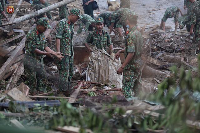 Ảnh: Hiện trường ám ảnh vụ sạt lở vùi lấp 11 ngôi nhà ở Trà Leng, bộ đội và người dân bới móc từng đống đổ nát để tìm kiếm thi thể - Ảnh 20.