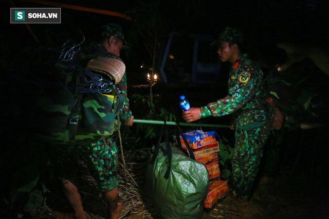 Bộ đội xuyên đêm băng rừng, vượt bùn lầy ngập nửa người để tiếp tế lương thực cho Trà Leng - Ảnh 4.