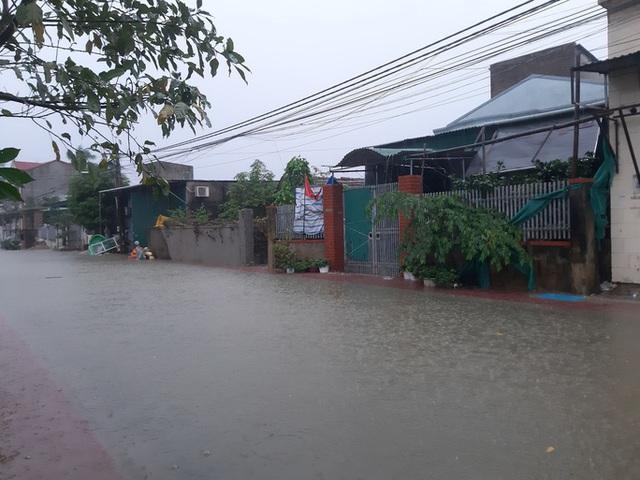 Mưa lớn, thủy điện đồng loạt xả lũ, hàng ngàn nhà dân ở Nghệ An bị ngập sâu  - Ảnh 4.
