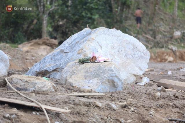 Ảnh: Hiện trường ám ảnh vụ sạt lở vùi lấp 11 ngôi nhà ở Trà Leng, bộ đội và người dân bới móc từng đống đổ nát để tìm kiếm thi thể - Ảnh 8.