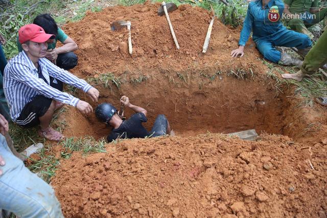 Nước mắt cụ bà mất 8 người thân trong vụ sạt lở ở Quảng Nam: Con nhắn tôi cẩn thận sạt lở, nhưng giờ con chẳng còn nữa - Ảnh 8.