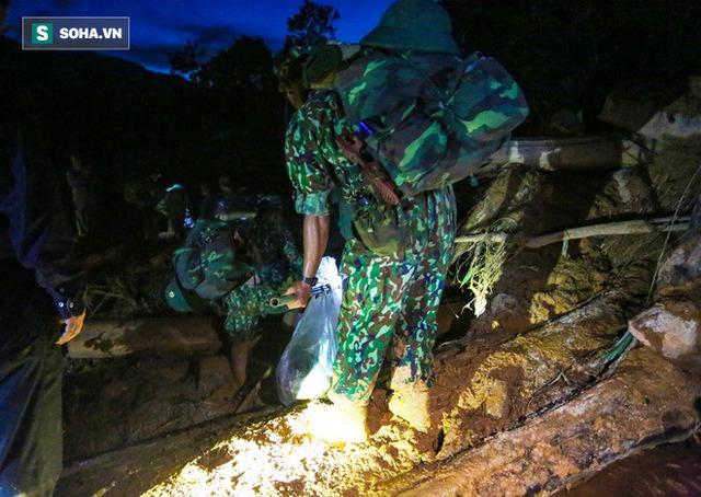 Bộ đội xuyên đêm băng rừng, vượt bùn lầy ngập nửa người để tiếp tế lương thực cho Trà Leng - Ảnh 9.