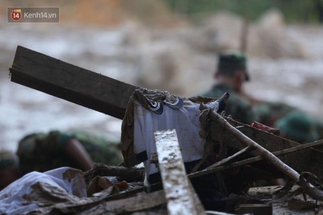 Ảnh: Hiện trường ám ảnh vụ sạt lở vùi lấp 11 ngôi nhà ở Trà Leng, bộ đội và người dân bới móc từng đống đổ nát để tìm kiếm thi thể - Ảnh 9.