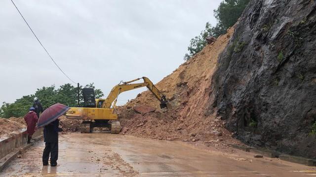 Kinh hãi hàng nghìn khối đất đổ ập xuống quốc lộ ở Nghệ An - Ảnh 1.