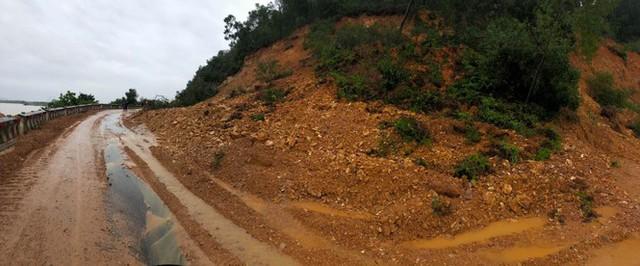 Kinh hãi hàng nghìn khối đất đổ ập xuống quốc lộ ở Nghệ An - Ảnh 2.