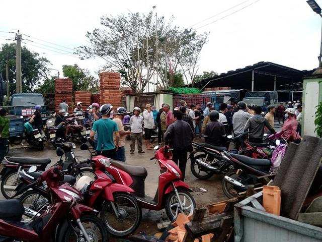 Sau bão, hàng ngàn người Quảng Ngãi chen lấn đi mua ngói  - Ảnh 1.