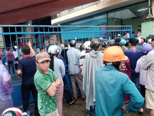Sau bão, hàng ngàn người Quảng Ngãi chen lấn đi mua ngói  - Ảnh 2.