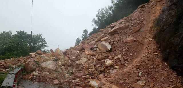 Kinh hãi hàng nghìn khối đất đổ ập xuống quốc lộ ở Nghệ An - Ảnh 3.