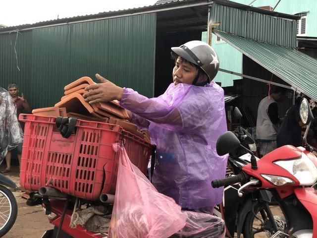 Sau bão, hàng ngàn người Quảng Ngãi chen lấn đi mua ngói  - Ảnh 3.