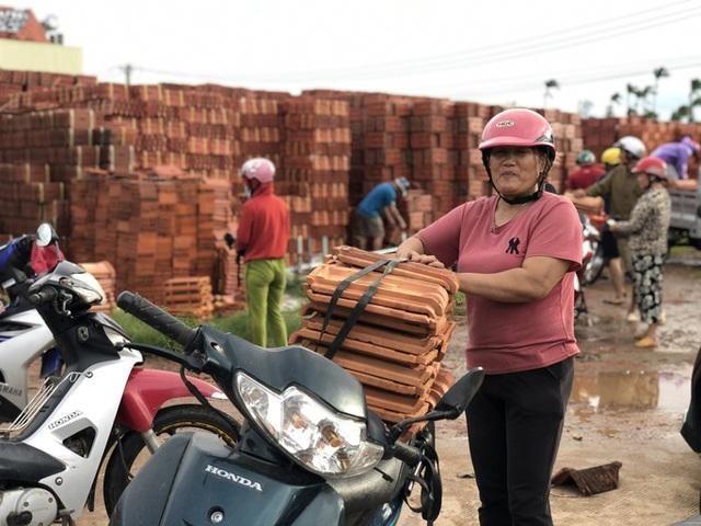Sau bão, hàng ngàn người Quảng Ngãi chen lấn đi mua ngói  - Ảnh 4.