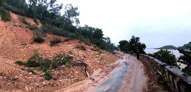 Kinh hãi hàng nghìn khối đất đổ ập xuống quốc lộ ở Nghệ An - Ảnh 6.