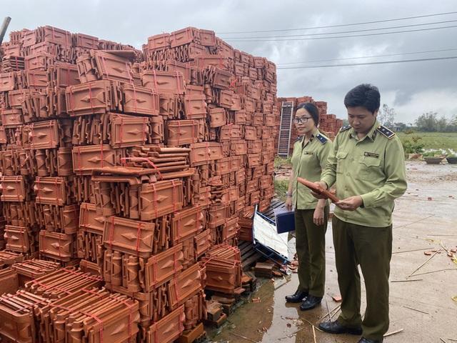 Sau bão, hàng ngàn người Quảng Ngãi chen lấn đi mua ngói  - Ảnh 7.