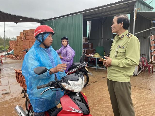 Sau bão, hàng ngàn người Quảng Ngãi chen lấn đi mua ngói  - Ảnh 8.
