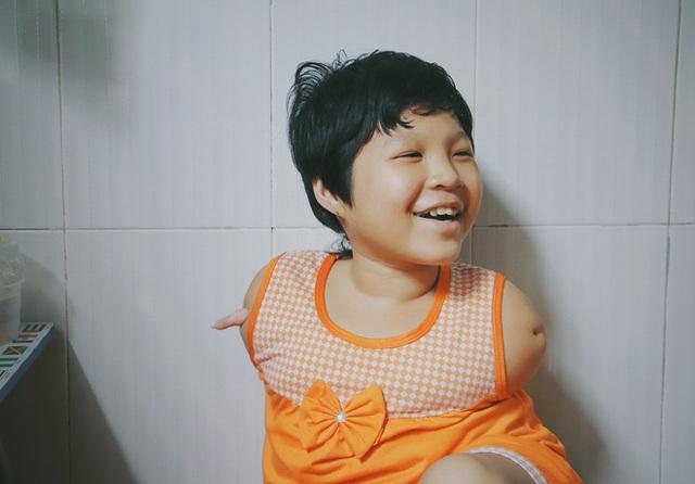 Nghẹn lòng trước câu nói của cô bé chim cánh cụt ở Sài Gòn: Bố mẹ không có thương con, giờ con chỉ có bà nội thôi... - Ảnh 2.