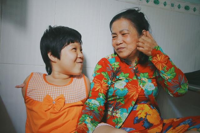 Nghẹn lòng trước câu nói của cô bé chim cánh cụt ở Sài Gòn: Bố mẹ không có thương con, giờ con chỉ có bà nội thôi... - Ảnh 12.
