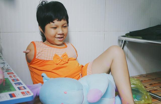 Nghẹn lòng trước câu nói của cô bé chim cánh cụt ở Sài Gòn: Bố mẹ không có thương con, giờ con chỉ có bà nội thôi... - Ảnh 18.