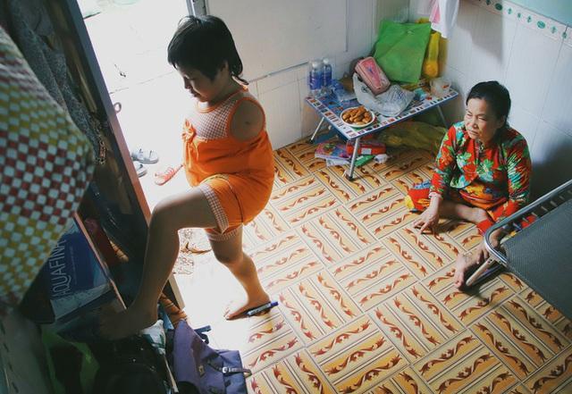Nghẹn lòng trước câu nói của cô bé chim cánh cụt ở Sài Gòn: Bố mẹ không có thương con, giờ con chỉ có bà nội thôi... - Ảnh 3.
