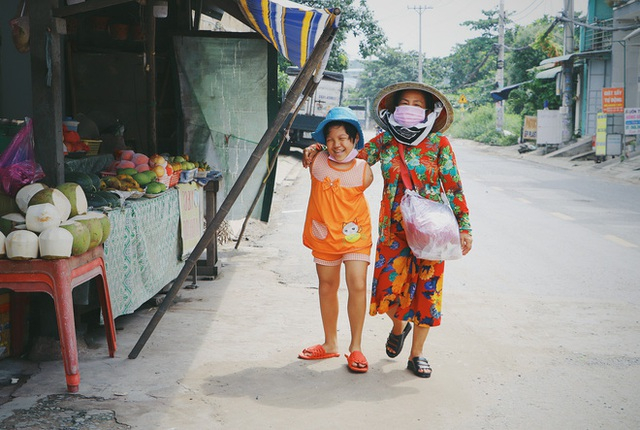 Nghẹn lòng trước câu nói của cô bé chim cánh cụt ở Sài Gòn: Bố mẹ không có thương con, giờ con chỉ có bà nội thôi... - Ảnh 6.