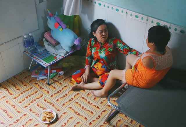 Nghẹn lòng trước câu nói của cô bé chim cánh cụt ở Sài Gòn: Bố mẹ không có thương con, giờ con chỉ có bà nội thôi... - Ảnh 10.