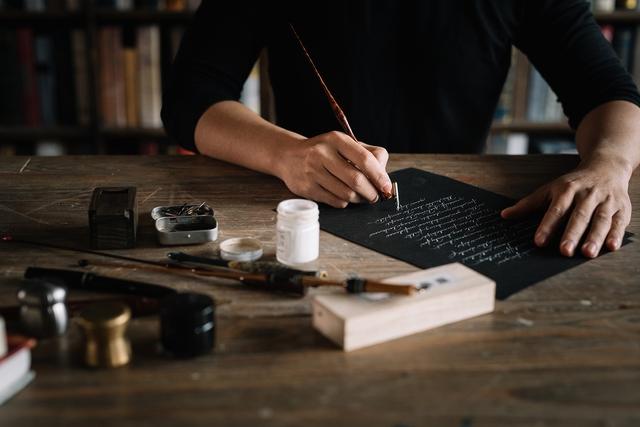 Sống bằng đam mê: Cựu sinh viên FTU rẽ ngang sang nghề viết chữ, đến nay thành nghệ nhân calligraphy số 1 Việt Nam  - Ảnh 3.