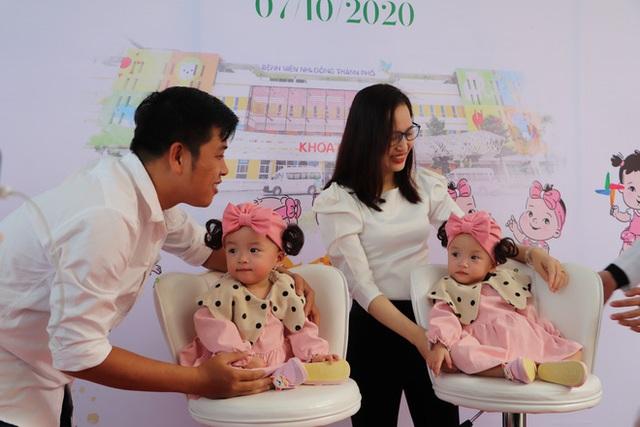 Gần 3 tháng sau ca phẫu thuật tách rời, cặp song sinh Trúc Nhi - Diệu Nhi được xuất viện, xuất hiện cực rạng rỡ và dễ thương - Ảnh 1.