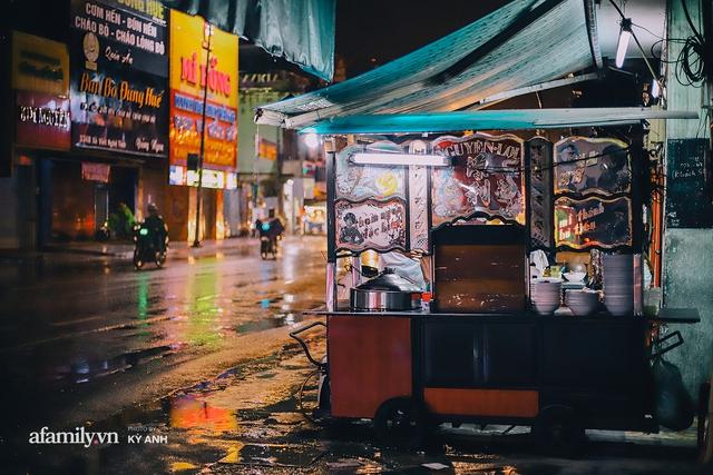 Tiệm mì 60 năm không ngủ của 3 thế hệ người Hoa ở Sài Gòn, mỗi đêm bán 600 vắt mì, 6kg hoành thánh, khách ra vào liên tục 3 người bán không xuể - Ảnh 1.