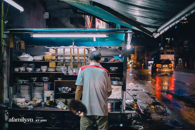 Tiệm mì 60 năm không ngủ của 3 thế hệ người Hoa ở Sài Gòn, mỗi đêm bán 600 vắt mì, 6kg hoành thánh, khách ra vào liên tục 3 người bán không xuể - Ảnh 2.
