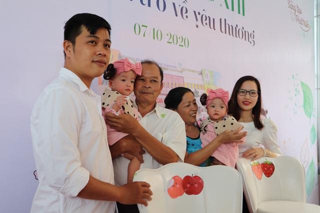 Gần 3 tháng sau ca phẫu thuật tách rời, cặp song sinh Trúc Nhi - Diệu Nhi được xuất viện, xuất hiện cực rạng rỡ và dễ thương - Ảnh 11.