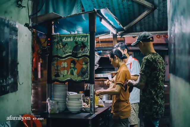 Tiệm mì 60 năm không ngủ của 3 thế hệ người Hoa ở Sài Gòn, mỗi đêm bán 600 vắt mì, 6kg hoành thánh, khách ra vào liên tục 3 người bán không xuể - Ảnh 11.