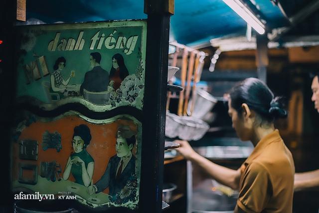 Tiệm mì 60 năm không ngủ của 3 thế hệ người Hoa ở Sài Gòn, mỗi đêm bán 600 vắt mì, 6kg hoành thánh, khách ra vào liên tục 3 người bán không xuể - Ảnh 13.