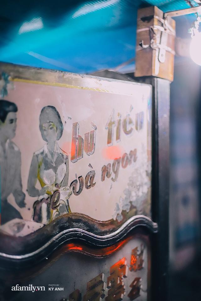 Tiệm mì 60 năm không ngủ của 3 thế hệ người Hoa ở Sài Gòn, mỗi đêm bán 600 vắt mì, 6kg hoành thánh, khách ra vào liên tục 3 người bán không xuể - Ảnh 14.