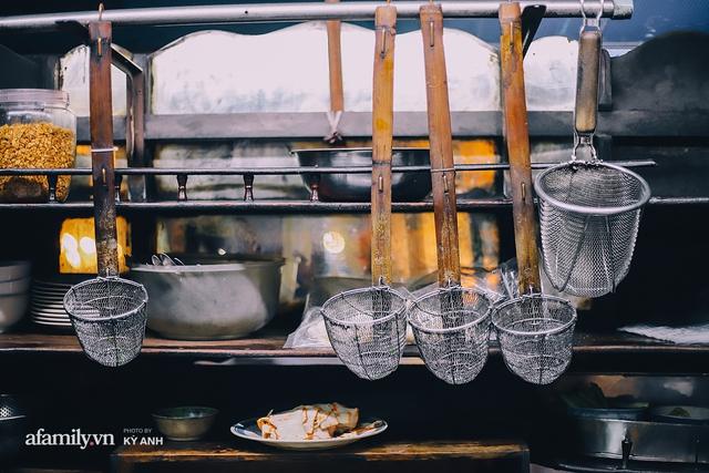 Tiệm mì 60 năm không ngủ của 3 thế hệ người Hoa ở Sài Gòn, mỗi đêm bán 600 vắt mì, 6kg hoành thánh, khách ra vào liên tục 3 người bán không xuể - Ảnh 15.