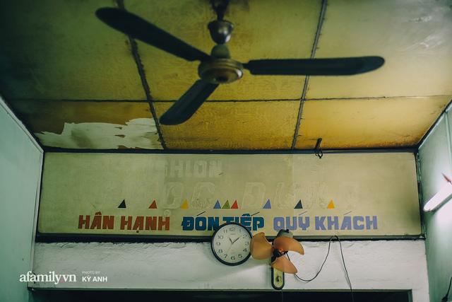Tiệm mì 60 năm không ngủ của 3 thế hệ người Hoa ở Sài Gòn, mỗi đêm bán 600 vắt mì, 6kg hoành thánh, khách ra vào liên tục 3 người bán không xuể - Ảnh 16.